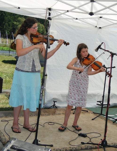 Livy and Gaby Barlow perform a violin duet at SWAM. (Emory Lindgard photo)