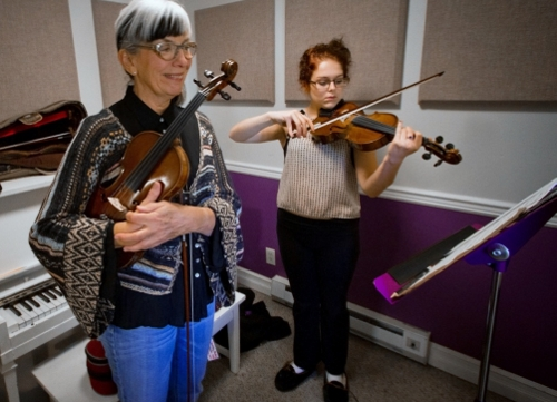 CLICK MUSIC WELTON PHOTO KARIN BLAINE SHELBY BAILEY Violin Lesson (500x361)