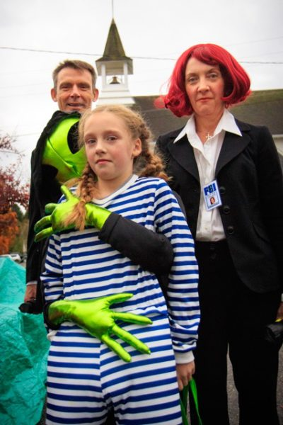 """Child embraced by """"alien"""" accompanied by two """"FBI agents"""""""