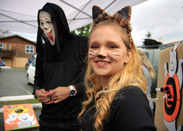 """Man ins """"Scream"""" and girl in cat costumes"""